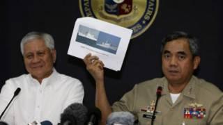 Phó Đô đốc Alexander Pama và Ngoại trưởng Albert Del Rosario tại cuộc họp báo ngày 11/4