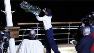 Thả vòng hoa xuống biển trong lễ tưởng niệm