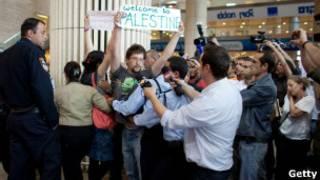 """ناشطو حملة """"اهلا وسهلا بكم في فلسطين"""" في مطار بن غوريون"""
