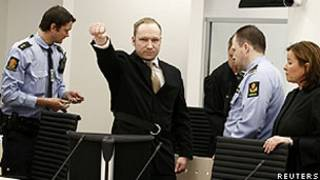 Anders Breivik entrou no tribunal e levantou o punho fechado (Reuters)