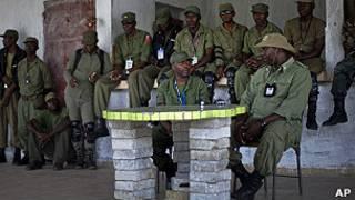 exmiembros del disuelto ejército de Haití en rueda de prensa
