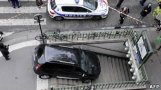 मेट्रो स्टेशन में घुसती कार