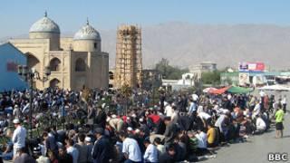 Толпа молящихся возле мечети