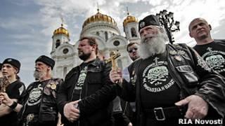 Православные хоругвеносцы возле храма Христа Спасителя в Москве