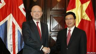 Bộ trưởng Ngoại giao Anh William Hague và Bộ trưởng Ngoại giao Việt Nam Phạm Bình Minh trong chuyến thăm của ông Hague tới Việt Nam hồi tháng Tư năm 2012
