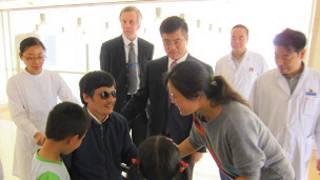 Ông Trần gặp vợ và hai con với hiện diện của Đại sứ Mỹ Gary Locke