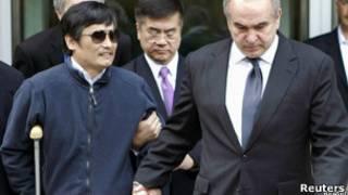 چن و سفیر آمریکا هنگام ورود به بیمارستان