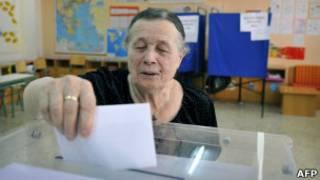 Mulher vota em Atenas (AFP)