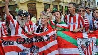 fanáticos del Athletic de Bilbao apoyan a su equipo en Bucarest en víspera de la final de la Liga Europa