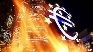 Símbolo del euro ardiendo