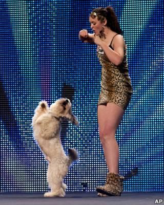 阿什麗和她調教出來的狗狗「帕德西」在演唱