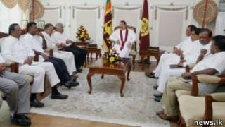 President Rajapaksa (C) meeting UNP delegation (file photo)