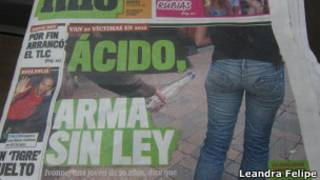 Tablóide colombiano noticia ataques com ácido.   Foto: Leandra Felipe