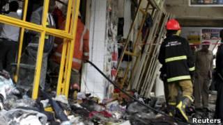 رجال إطفاء يخمدون الحريق