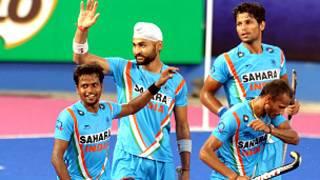 गोल दागने के बाद खुशी मनाती भारतीय टीम