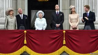 女王和其他王室成員在白金漢宮陽台露面