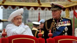 女王和丈夫愛丁堡公爵在查特維爾精神號上