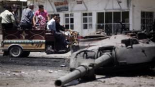 Một chiếc xe tăng của quân chính phủ bị phá hủy ở Idilb