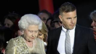 Gary Barlow與英國女王在鑽禧音樂會上