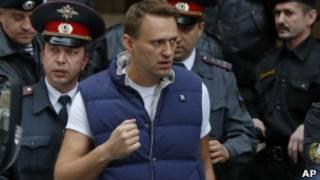 Навальный в окружении полицейских