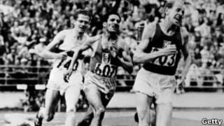 扎托佩克在1952年赫尔辛基奥运会上连夺三枚金牌