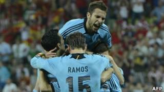Игроки сборной Испании празднуют гол в ворота хорватов
