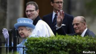 Королева с супругом перед церковью Св. Макартина