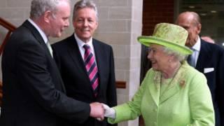 Martin McGuinness e a rainha | Foto: BBC