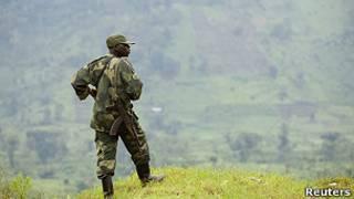 Wani sojan gwamnatin Congo yana gadi a wani sansanin soji