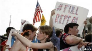Manifestantes protestam em frente à Suprema Corte (Foto: Reuters)
