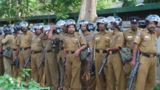 Police in front of Vavuniya Remand Priosn (photo: Dinasena Ratugamage)