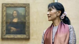 Bà Suu Kyi ở bảo tàng Louvre ở Paris