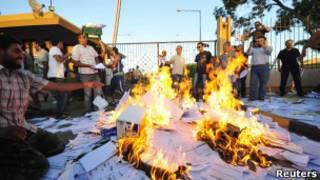 محتجون يحرقون آلافا من بطاقات الانتخاب في بنغازي