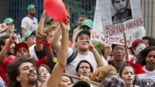 Protestos pela prisão de torturadores (Foto AP)