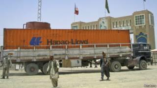 Truk yang membawa pasokan NATO melintasi perbatasan Pakistan