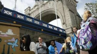 放置在倫敦塔橋下的鋼琴供來自世界各地的遊人彈奏