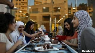 فلسطينيون في مقهى برام الله