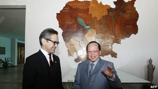 Ngoại trưởng Indonesia Marty Natalegawa gặp Ngoại trưởng Campuchia Hor Namhong ở Phnong Penh hôm 19/7