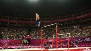 Espectadores observam ginasta britânica. | Foto: PA