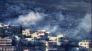 Fumaça sobre casas durante combate em Damasco (AP)
