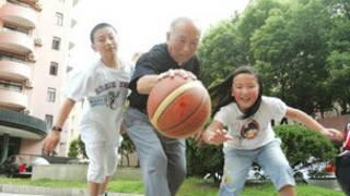 吳成章與孩童玩球