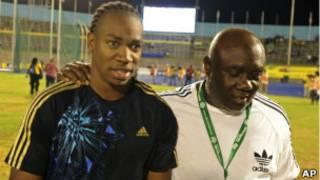 Yohan Blake (esq) ao lado do treinador Glen Mills, em janeiro (AP)