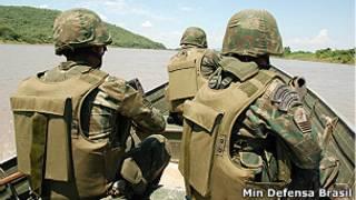 Militares fazem patrulha em rio (foto:Ministério da Defesa)