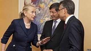 Hillary Clinton, ministro do Exterio turco, Ahmet Davutoglu (centro) e Fuat Okyay, presidente da agência de emergências turca AFAD (AP)
