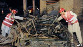 Остов взорвавшейся машины в Пакистане