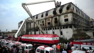 Пожарные Карачи за работой