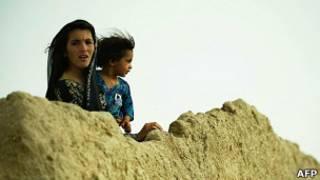 Афганские девочки смотрят на американских военных