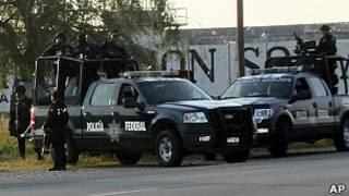 Patrullas de policías federales al frente de la prisión en Piedras Negras