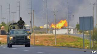 Военные у горящего завода в Рейносе