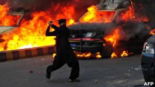 Участник протестов в Пакистане